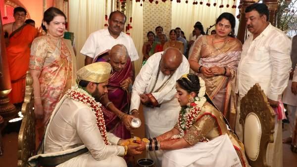 આ પણ વાંચોઃ પુત્રના લગ્ન પર કુમારસ્વામીઃ DMએ આપી હતી મંજૂરી, માસ્ક અનિવાર્ય નથી