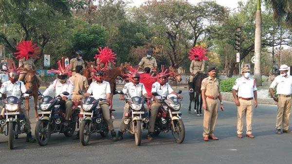 કોરોના: હૈદરાબાદ પોલીસે કાઢી રેલી, પહેર્યા કોરોના હેલ્મેટ