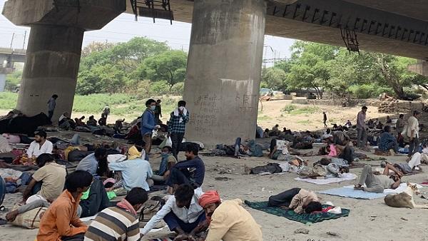 દિલ્હીમાં ફરી ઉડી લોકડાઉનની ધજ્જિયાં, યમુના પુલ નીચે સેંકડો મજૂરો એકઠા થયા