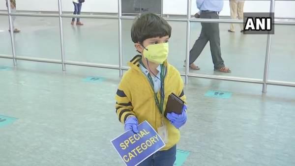 5 વર્ષનો વિહાન દિલ્લીથી બેંગલોર એકલો પહોંચ્યો, બેંગલોર એરપોર્ટ પર માએ રિસીવ કર્યો