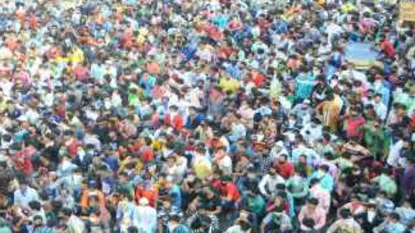 મુંબઈના બાંદ્રા સ્ટેશન પર મજૂરોનુ ટોળુ ઉમટ્યુ, સોશિયલ ડિસ્ટંસીંગની ઉડી ધજ્જિયા, જુઓ Video