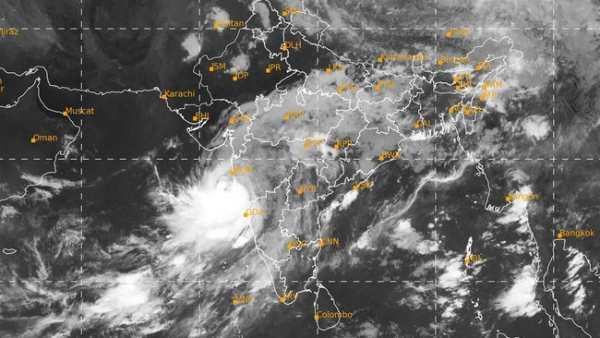 Cyclone Nisarga: મુંબઈથી આવતી-જતી ટ્રેનોનુ શિડ્યુલ બદલાયુ, ફ્લાઈટો પણ રદ
