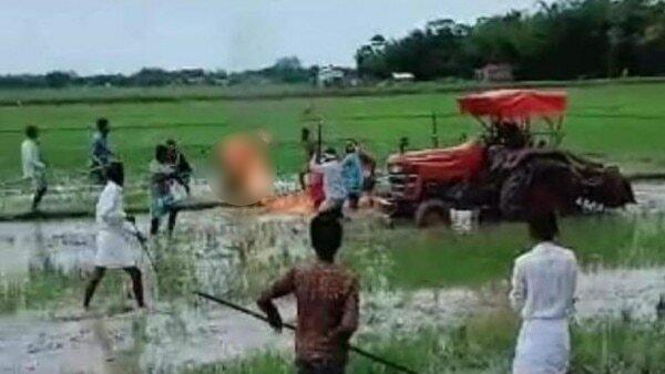જમીન પડાવવા આવેલા ભુ-માફિયાએ મહિલાને લગાવી આગ, લોકો બનાવતા રહ્યા વીડિયો