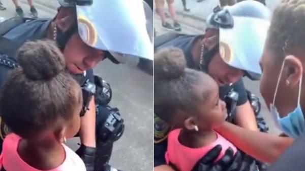 અમેરિકાઃ 5 વર્ષની પ્રદર્શનકારી બાળકીએ પોલીસનેપૂછ્યું- તમે અમને મારી નાખશો?