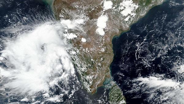 Cyclone Nisarga Live: NDRFની 43 ટીમ બચાવ કાર્યમાં, લોકોને સુરક્ષિત સ્થળે પહોંચાડ્યા