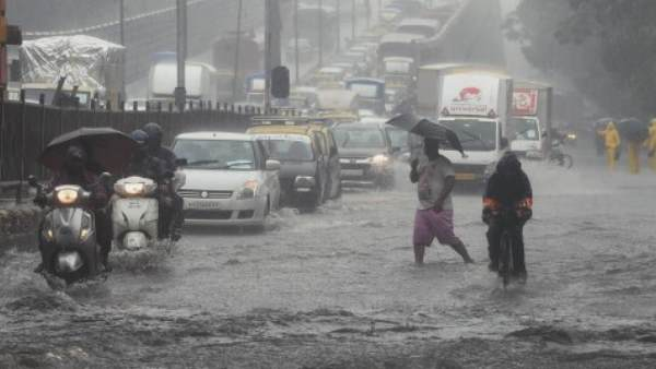 ભારે વરસાદના કારણે મુંબઈમાં રેડ એલર્ટ, મરીન લાઈનમાં બિલ્ડિંગ ધરાશાયી