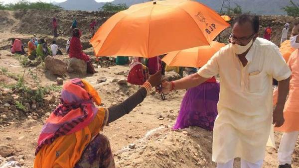 રાજસ્થાનમાં મનરેગા કાર્યસ્થળોમાં ભાજપની કેસરી છત