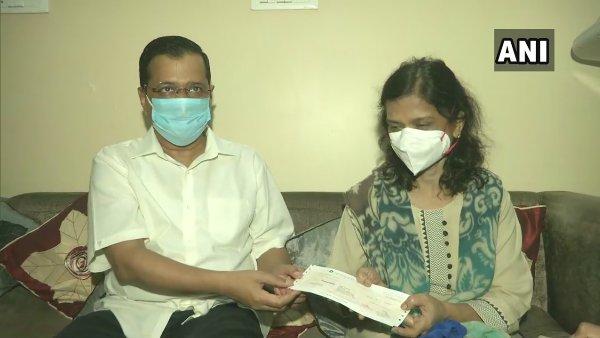 ડૉ. અસીમ ગુપ્તાને CM કેજરીવાલે આપી શ્રદ્ધાંજલિ, ઘરે જઈ તેમની પત્નીને આપ્યો 1 કરોડનો ચેક