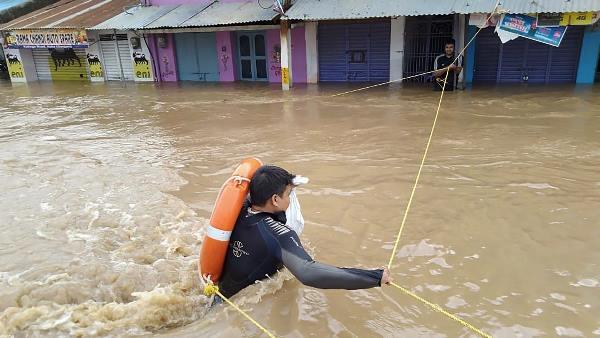 ગુજરાત-મધ્ય પ્રદેશમાં નર્મદામાં આવેલ પૂરનો પ્રકોપ, 8000થી વધુ લોકોને સુરક્ષિત સ્થળે ખસેડ્યા