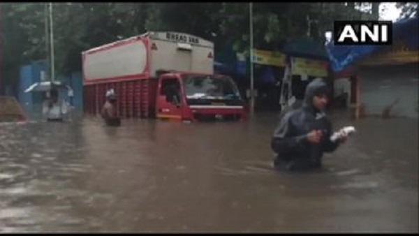 Mumbai Rain: ભારે વરસાદને કારણે પાણી પાણી થઈ મુંબઈ, બે દિવસનું રેડ અલર્ટ