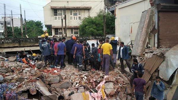 અમદાવાદમાં 3 માળની ઈમારત ધરાશાયી, 3 લોકો કાટમાળમાં દબાયા, 2ને બચાવાયા