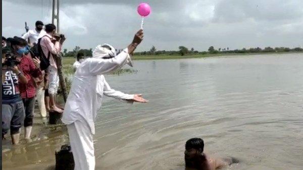 ગુજરાતઃ પૂરથી પાક બરબાદ, ખેડૂતોએ ખેતરોમાં ભરેલા પાણીમાં તરી સરકારનો વિરોધ કર્યો