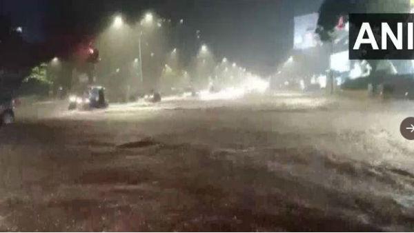 ભારે વરસાદના કારણે મુંબઈ થયુ પાણી-પાણી, કલાકો સુધી લોકો ફસાયા