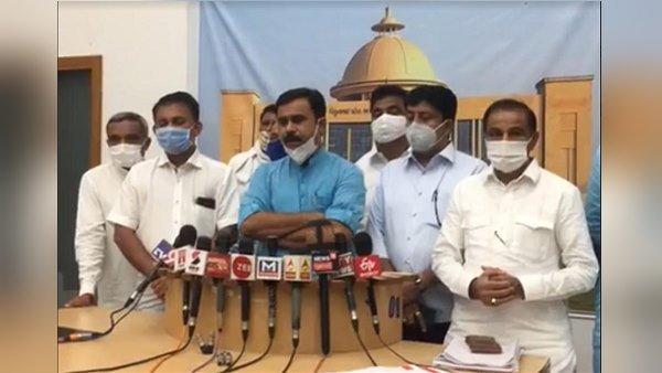 ગુજરાત વિધાનસભા સત્રઃ કોંગ્રેસ ધારાસભ્યએ ગુસ્સામાં ફેંક્યુ માઈક, પ્રેસ કૉન્ફરન્સ કરી આપી સફાઈ