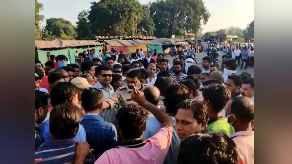 ગુજરાતઃ ડમ્પરે ત્રણ મહિલાઓને કચડી, ગુસ્સે થયેલી ભીડે પૂજારીને પકડીને માર્યો