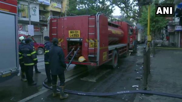 મુંબઈઃ ચેમ્બુર રેલવે સ્ટેશન પાસે બજારમાં લાગી ભીષણ આગ, ફાયરબ્રિગેડની ગાડીઓ ઘટના સ્થળે