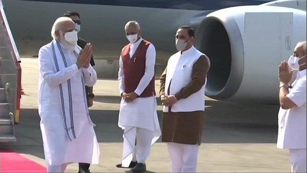 PM મોદી અમદાવાદ પહોંચ્યા, ગાંધીનગર ખાતે કેશુબાપાના નિવાસસ્થાને પહોંચી શ્રદ્ધાંજલિ આપી