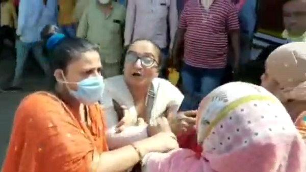 Video: રાજકોટ-જૂનાગઢ બસની મહિલા કંડક્ટરને PSIએ મારી થપ્પડ