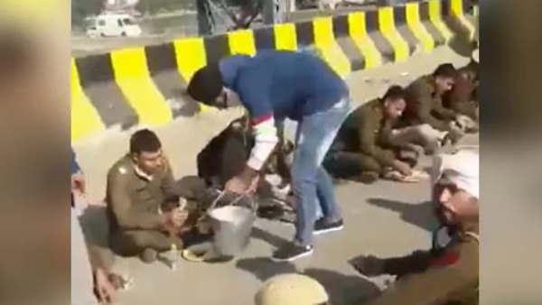 Farmers Protest: ખેડૂતોએ પોલીસકર્મીઓને ભોજન કરાવ્યું, તસવીરો વાયરલ