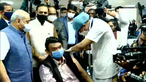 ગુજરાતમાં વિજય રૂપાણી અને નીતિન પટેલે વેક્સીનેશન શરૂ કરાવ્યું