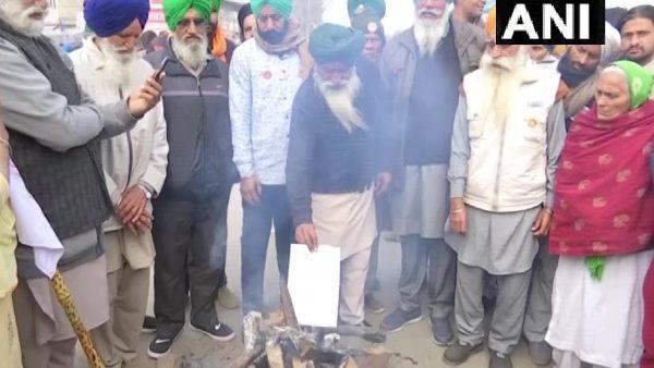 Farmers Protest: સિંધુ બૉર્ડર પર ખેડૂતોએ મનાવી લોહરી, આગમાં નાખી નવા કાયદાની કૉપી