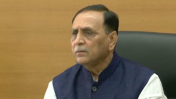 CM રૂપાણીની આગેવાનીમાં 'રાષ્ટ્રીય ખાદ્ય સુરક્ષા અધિનિયમ' હેઠળ જરૂરિયાતમંદોને વહેંચાયુ મફત અનાજ
