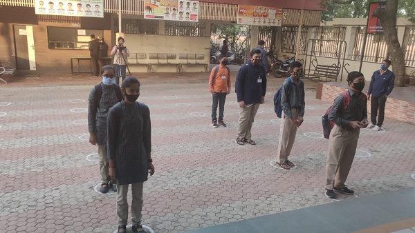 ગુજરાતમાં 10 મહિના બાદ ખુલી સ્કૂલ, કોરોના પ્રકોપ વચ્ચે ભણવા આવ્યા 10મા-12માંના બાળકો