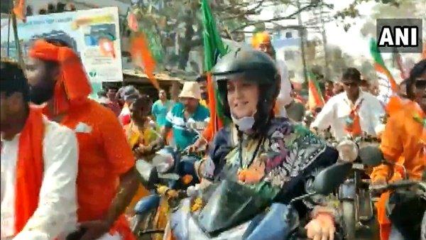 West Bengal: સ્મતિ ઇરાનીએ સ્કુટી પર સવાર થઇ કર્યો રોડ શો, કહ્યું- બંગાળમાં જરૂર ખિલશે કમળ