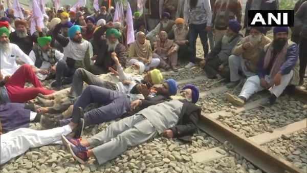 Rail Roko: કૃષિ કાયદાના વિરોધમાં રેલવે પાટા સૂઈ ગયા ખેડૂતો