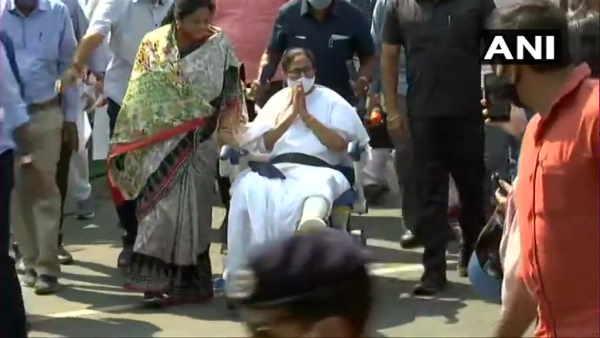 West Bengal: ચૂંટણી મોડ પર મમતા બેનરજી, વ્હિલચેર પર શરૂ કર્યો રોડ શો