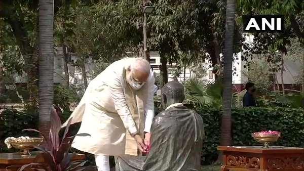 PM મોદીએ ગાંધી આશ્રમમાં ગાંધીજીની પ્રતિમાને પુષ્પાંજલિ આપી
