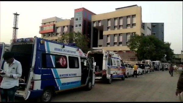 રાજકોટ સિવિલ હોસ્પિટલ બહાર એમ્બ્યૂલન્સની લાગી લાંબી લાઈન