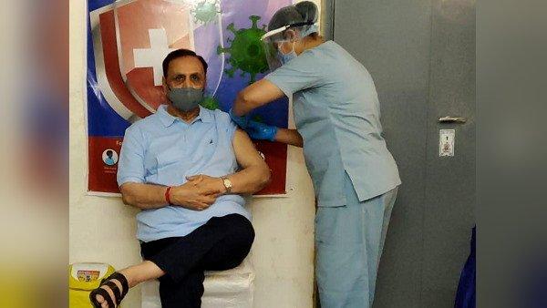 CM વિજય રૂપાણીએ લીધો કોરોના વેક્સીનનો પહેલો ડોઝ, કહ્યુ - રિલાયન્સ ગ્રુપ ગુજરાતને આપશે 400 ટન ઑક્સિજન