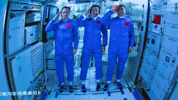 સફળતાના શિખર પર ચીન, અંતરિક્ષ યાત્રીઓને પહેલીવાર સ્પેસ સ્ટેશને મોકલ્યા