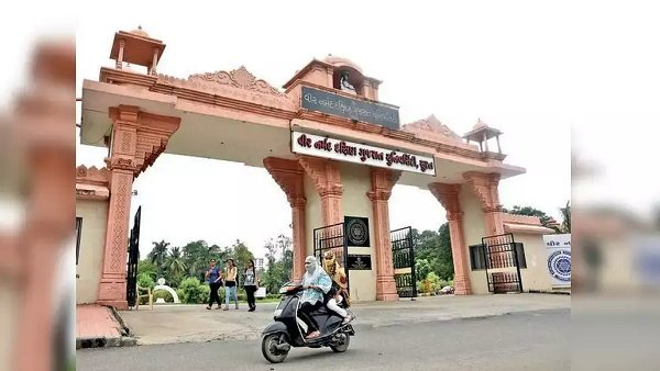 સુરત: વીર નર્મદ દક્ષિણ ગુજરાત યુનિવર્સિટી હમણા નહી યોજે પરિક્ષા, થોડા સમય માટે રખાઇ મોકુફ