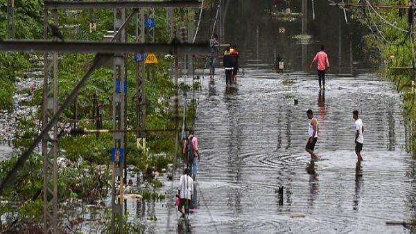 મહારાષ્ટ્રમાં વરસાદનો કહેર યથાવત, મુંબઇમાં રેડ એલર્ટ, કોંકણની અનેક ટ્રેન રદ્દ