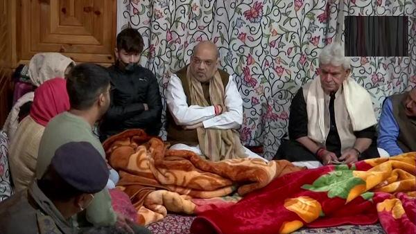 કાશ્મીરમાં ગૃહમંત્રીઃ આતંકવાદીઓ સાથે અથડામણમાં શહીદ થયેલા પરવેઝ અહેમદના પરિવારને મળ્યા અમિત શાહ