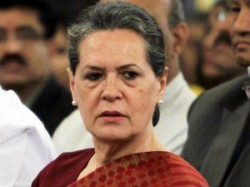Delhi Gangrape Girl Critical Sonia Visits Victim