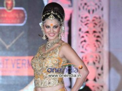 Hot Sunny Leone Turns Crowd Puller New Year Eve Delhi