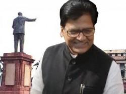 Etah Ssp Touches Leg Of Ram Gopal Yadav