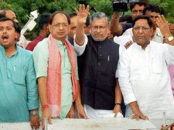 Bjp Worker Come On Road Protest Against Nitish Kumar
