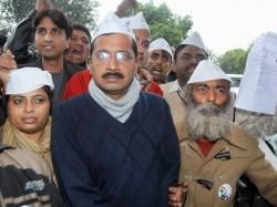 Ec Notice To Arvind Kejriwal For Remarks On Bjp Congress In Amethi Lse