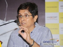 Bjp Cm Candidate Kiran Bedi Trying Run Away From Interview With Tv Anchor