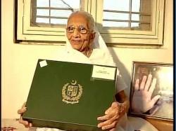 Photo Narendra Modi Mother Receives Sari Gifted By Pakistani Pm Nawaz Sharif