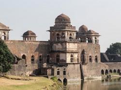 Mandu Tourism Take Plunge Into The Past