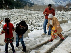 Pics Tourists Flock Snow Bound Manali Kufri Enjoying Romantic Weather