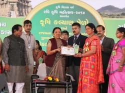 Gujarat Cm Anandiben Patel Celebrates Bjp S 35th Founding Dahod