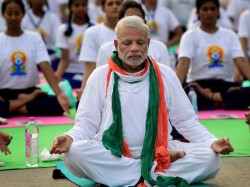 Pm Modi Did Wrong Padmasana On International Yoga Day Pics Goes Viral