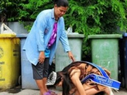 Thailand Beauty Queen Kneels Before Her Rubbish Collecting Mother 027753 Pg