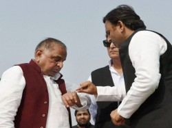 Akhilesh Yadav Meets Mulayam Singh To Resolve The Issues